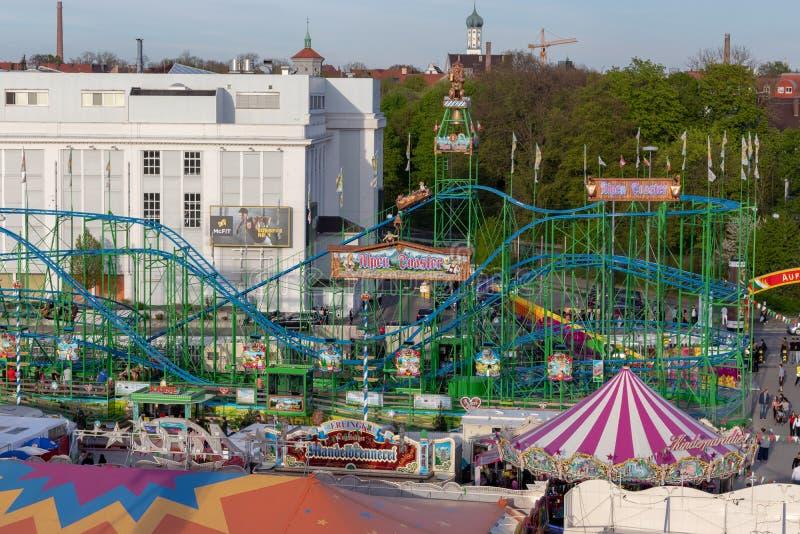 Plaerrer Augsburg Tyskland, APRIL 22, 2019: sikt ut ur ferrishjulet ?ver Augsburgeren Plaerrer En namngiven grön rollercoast royaltyfri fotografi