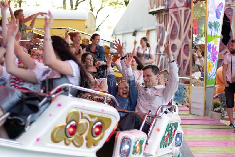 Plaerrer Augsburg Tyskland, APRIL 22, 2019: unga familjer som tycker om deras tid med ungar i en karnevalritt royaltyfria foton