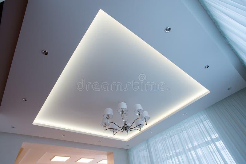 Plafond blanc illuminé avec la LED photographie stock