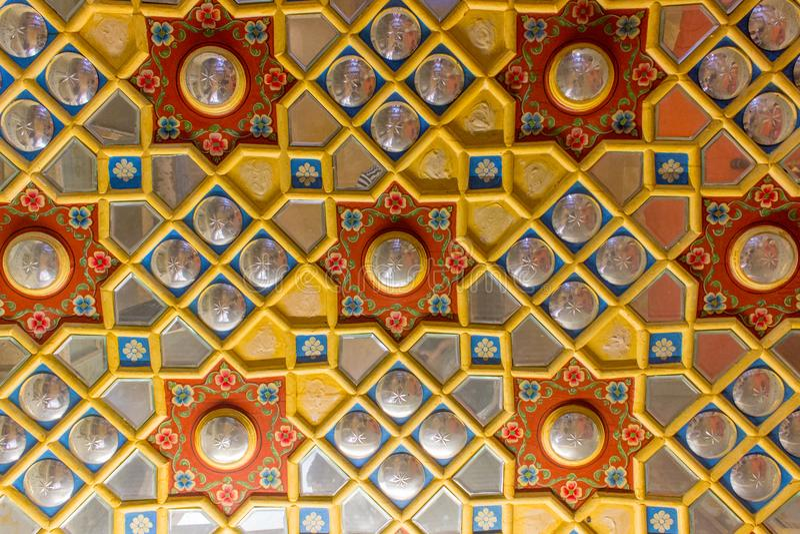 Plafond découpé par bois antique dans l'Inde image stock