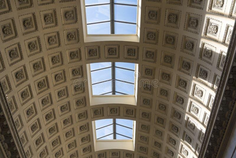 Plafond dans des musées de Vatican, vieux plafond avec Windows photo libre de droits