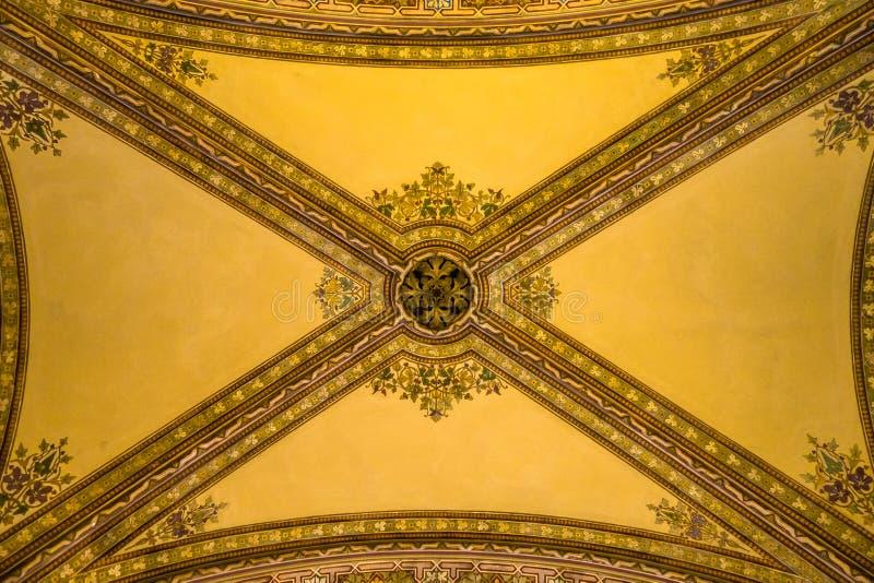 Plafond dans le passage intérieur du bâtiment italien de style de palazzo photos stock