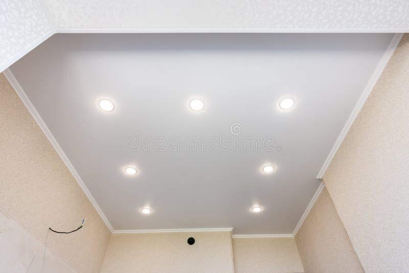 Plafond de bout droit dans la cuisine avec les projecteurs install?s et inclus image libre de droits