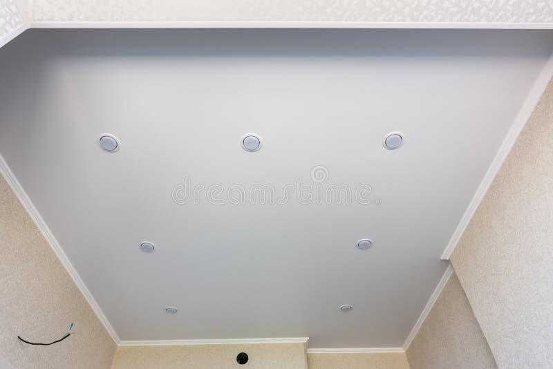 Plafond de bout droit dans la cuisine avec les projecteurs p?rim?tre-mont?s photos libres de droits