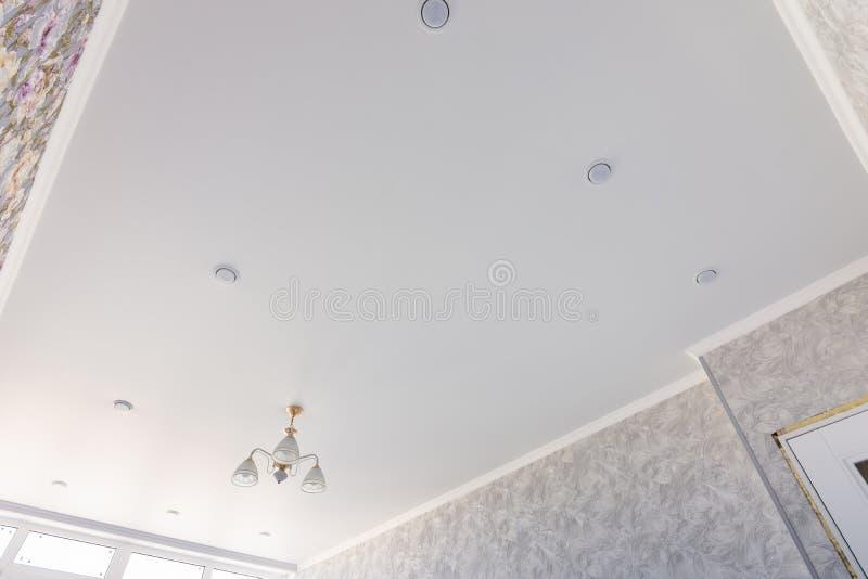 Plafond de bout droit dans une chambre avec un lustre et des projecteurs, avec la lumi?re naturelle image stock