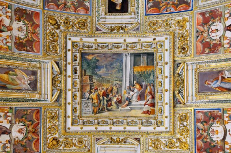 Plafond de galerie dans le musée de Vatican images libres de droits