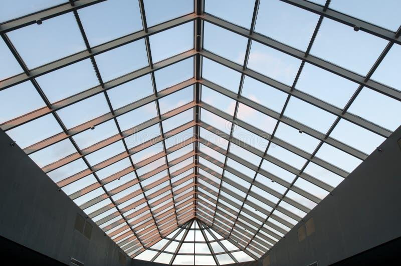 Plafond de lucarne au crépuscule dans l'immeuble de bureaux commercial photographie stock