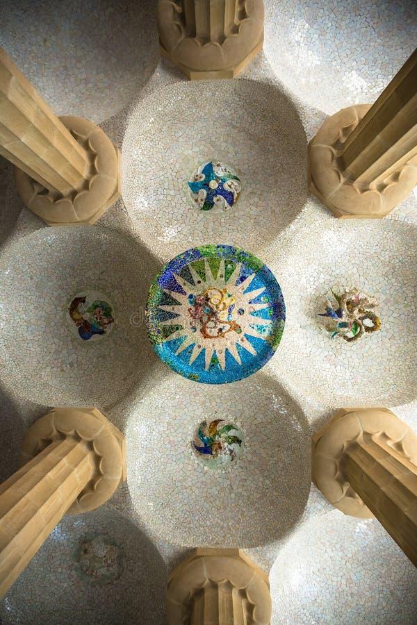 Plafond de mosaïque de Parc Guell photographie stock libre de droits