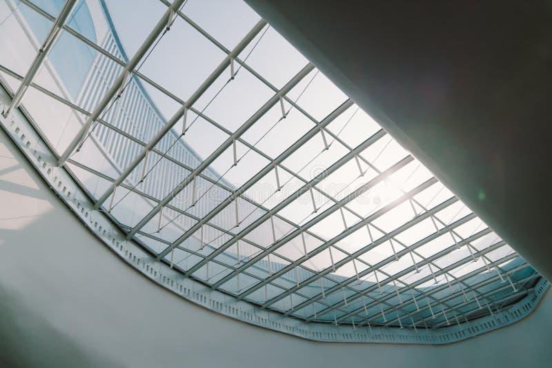Plafond de toit ouvrant de lucarne ou en verre d'un bâtiment Architecture de conception moderne, ou modèle d'économies d'énergie  photo stock