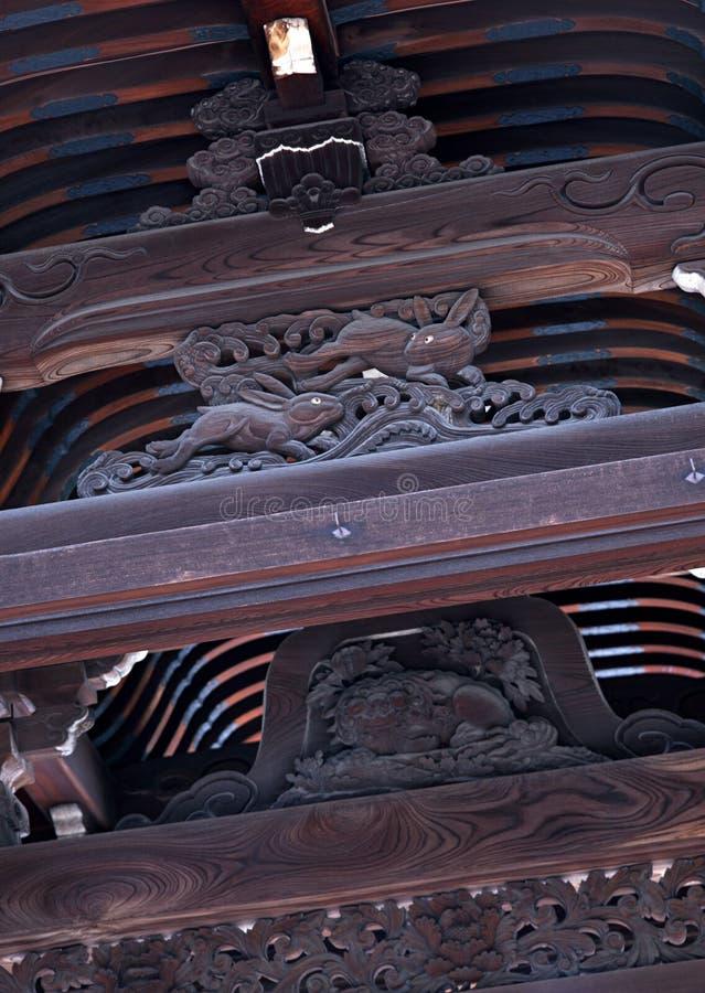 Plafond en bois japonais avec les conceptions et le fond complexes de détails photo libre de droits