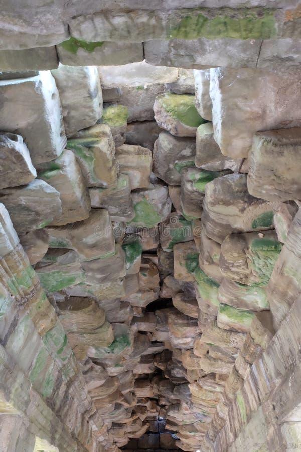 Plafond en pierre dilapidé d'un édifice médiéval Ruines de pierre photos libres de droits