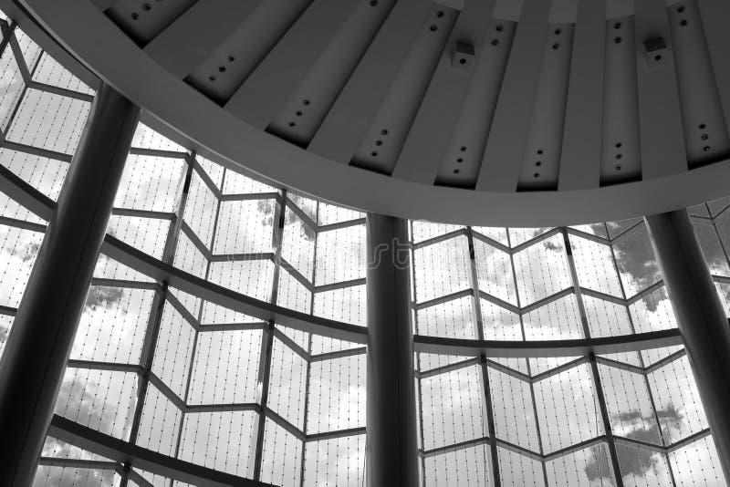 Plafond en venster binnen zaal stock afbeeldingen
