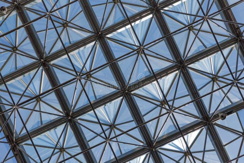 Plafond en verre transparent dans l'immeuble de bureaux moderne images libres de droits