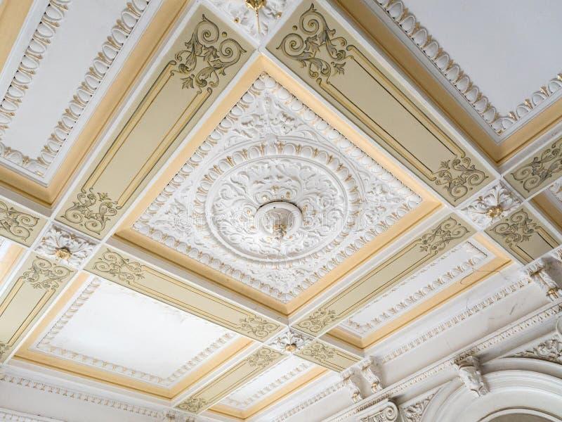 Plafond et mur de stuc Bâti, corniche Éléments architecturaux de vieux plâtre de l'intérieur images libres de droits