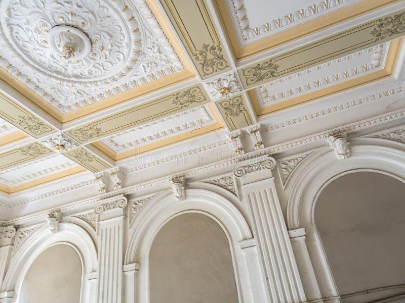 Plafond et mur de stuc Bâti, corniche Éléments architecturaux de vieux plâtre de l'intérieur image stock