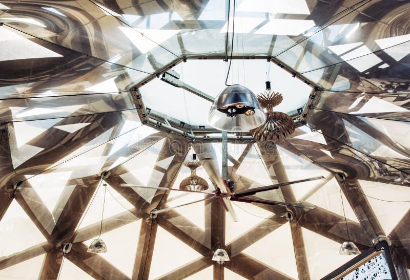 Plafond futuriste avec l'éclairage, scène d'intérieur d'exposition image stock