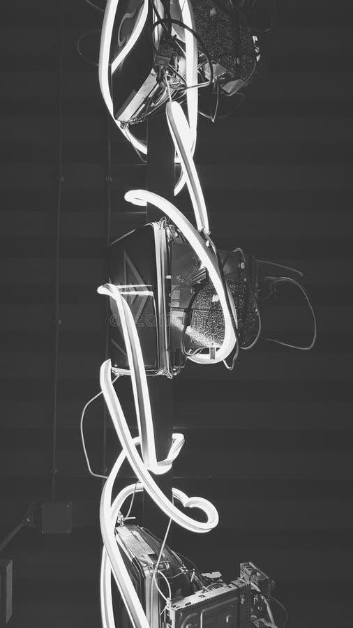 Plafond intérieur avec le style au néon de cyberunk de câbles photos libres de droits