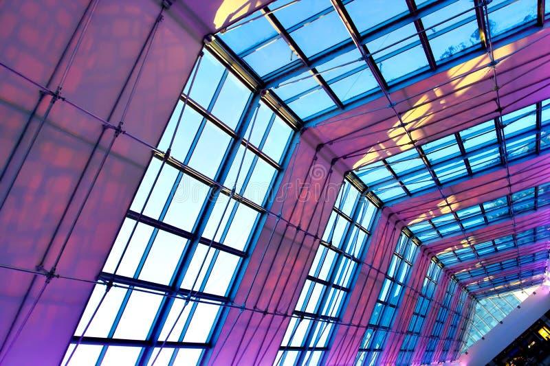 Plafond lumineux violet d'intérieur photographie stock