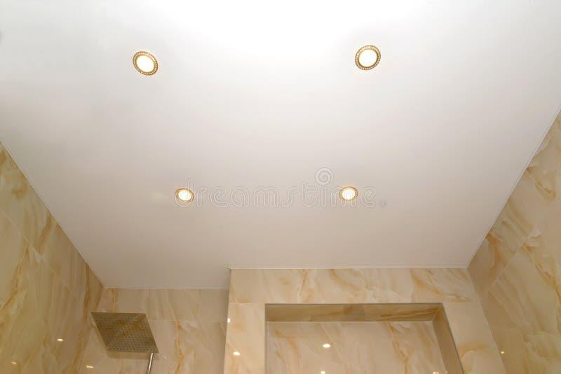 Plafond opaque de bout droit avec des lampes de point dans la salle de bains photos libres de droits