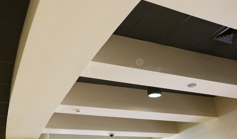 Plafond over ontvangstzaal en gang in commercieel centrum Binnenland van een moderne conferentiezaal stock afbeelding
