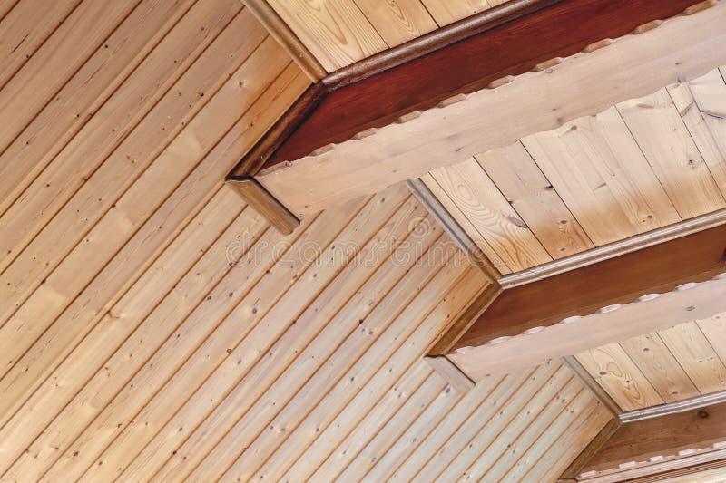 Plafond rustique de maison avec l'appui large de faisceau en bois Intérieur à la maison de pays Matériaux naturels de constructio photo stock