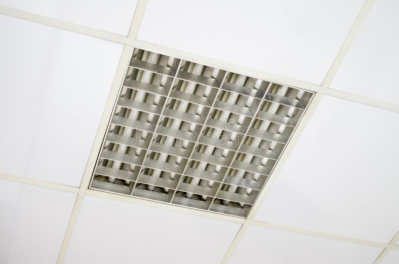 Plafond suspendu de blanc avec les lampes fluorescentes for Materiel plafond suspendu