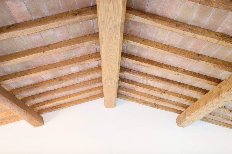 Plafond toscan de faisceau en bois, briques rouges, mur. l'Italie images stock