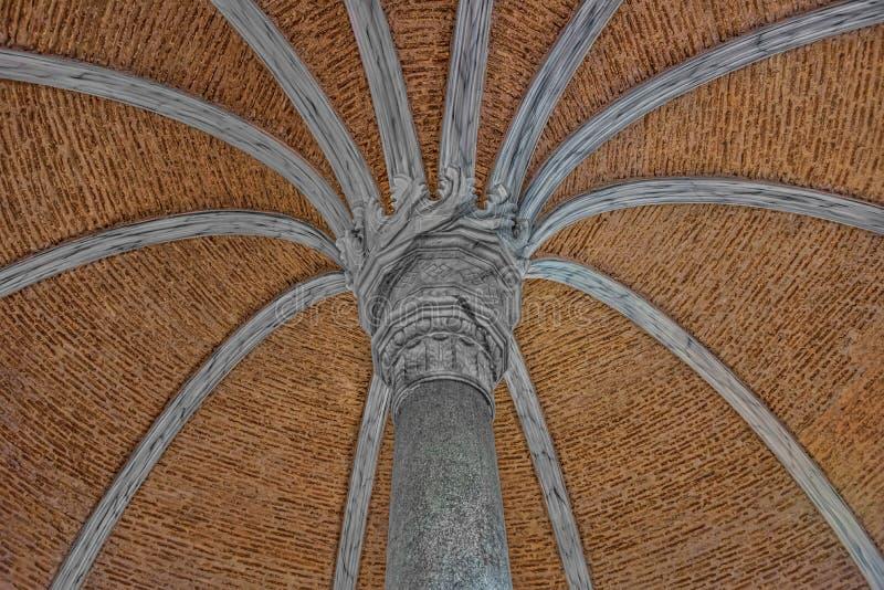 Plafonddetail van een godsdienstig, historisch en middeleeuws gebouw stock fotografie