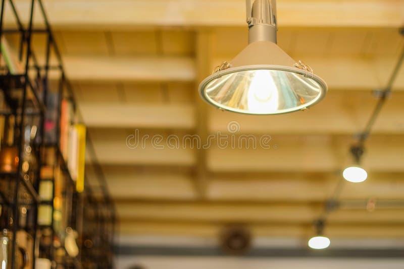 Plafondlichten in koffiewinkel royalty-vrije stock afbeeldingen