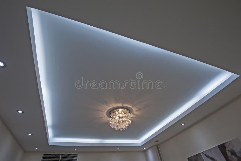 Plafonnier fleuri de style de lustre à l'intérieur d'appartement de luxe images libres de droits