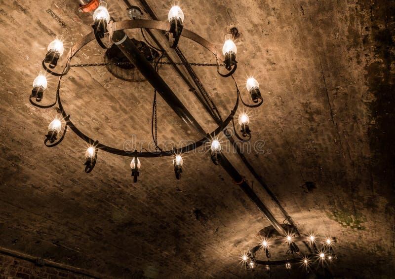 Plafonniers dramatiques dans la cave souterraine photos libres de droits
