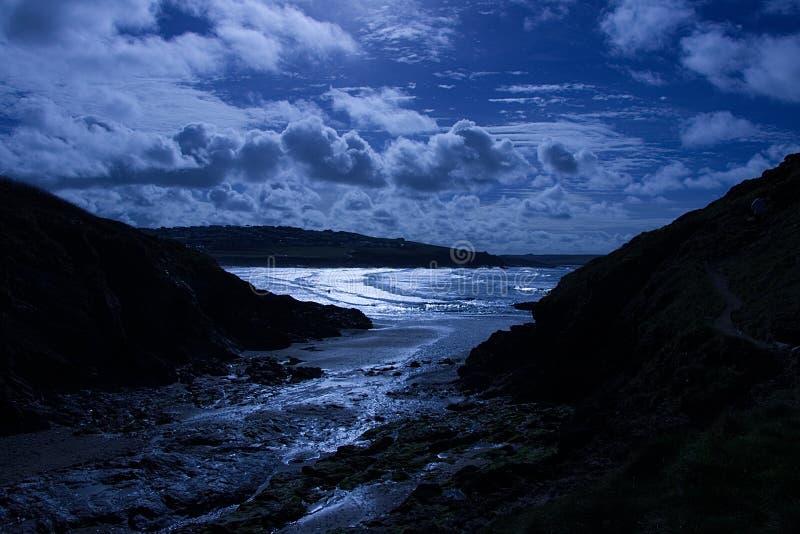 Plage éclairée par la lune dans les Cornouailles image libre de droits