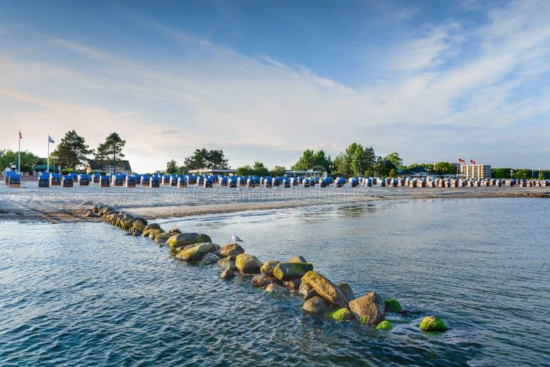 Plage abandonnée et sablonneuse pendant les heures égalisantes Présidences de plage en bois Voyage, vacances en mer Paysage photo libre de droits