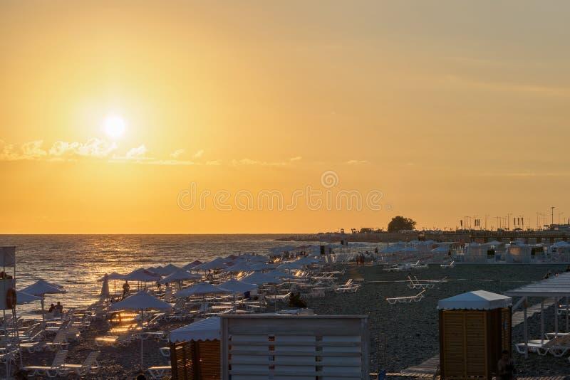 Plage abandonnée une soirée d'été pendant le coucher du soleil image libre de droits