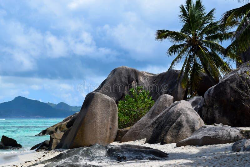 Plage argentée de ` de la source D d'Anse en Seychelles, île de Digue de La photographie stock
