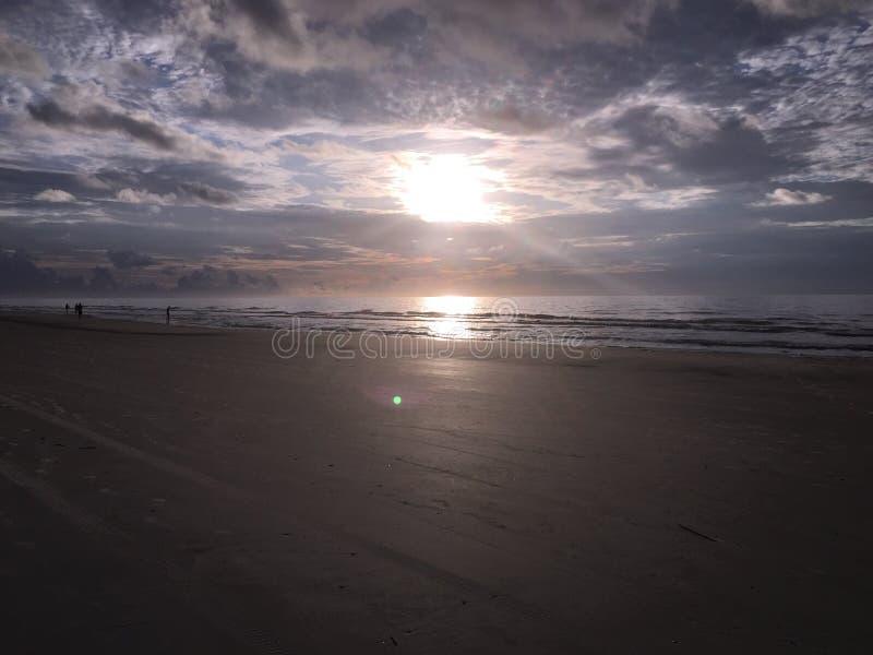 Plage au coucher du soleil image libre de droits
