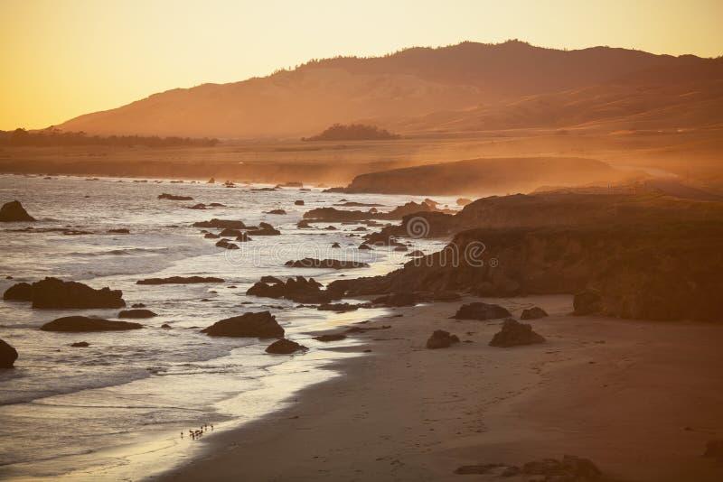 Plage au coucher du soleil, San Simeon image stock