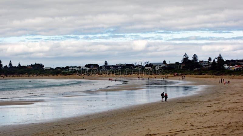 Plage australienne de ressac d'océan au crépuscule image stock