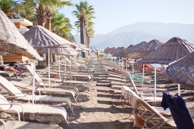 Plage avec des parasols et des canapés Marmaris La Turquie images stock