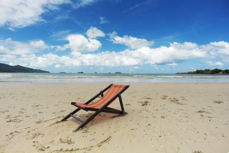 plage avec la chaise longue photo stock image 33621868. Black Bedroom Furniture Sets. Home Design Ideas