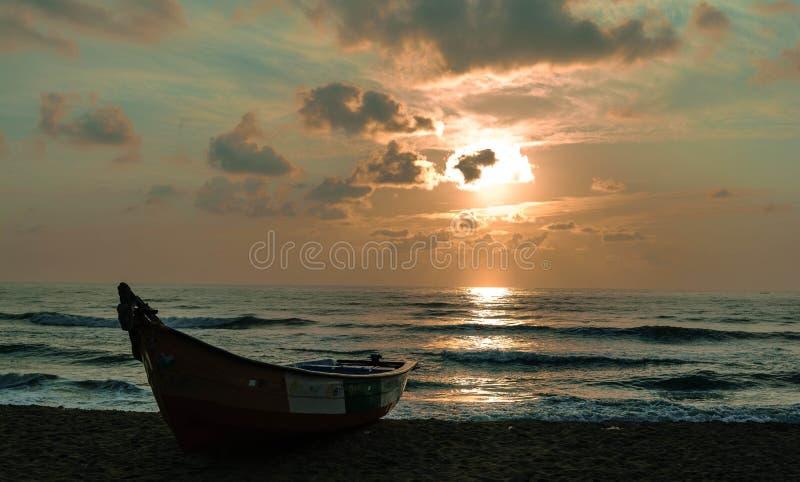 Plage avec le bateau photographie stock libre de droits