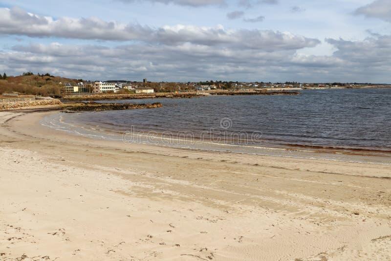 Plage avec le sable et bâtiments dans la baie de Galway photographie stock libre de droits