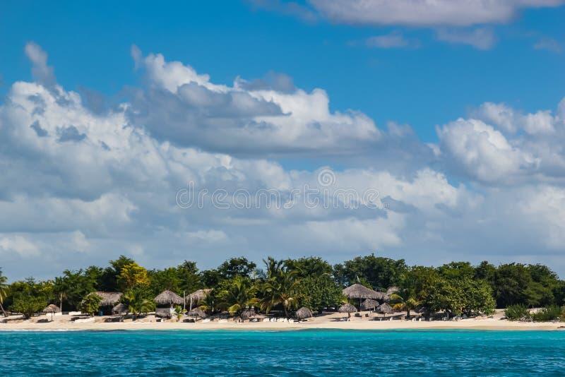 Plage avec les parapluies tubulaires sur l'île en République Dominicaine  photos libres de droits
