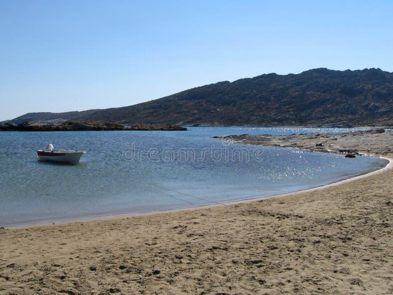 Plage avec un bateau à une île images stock