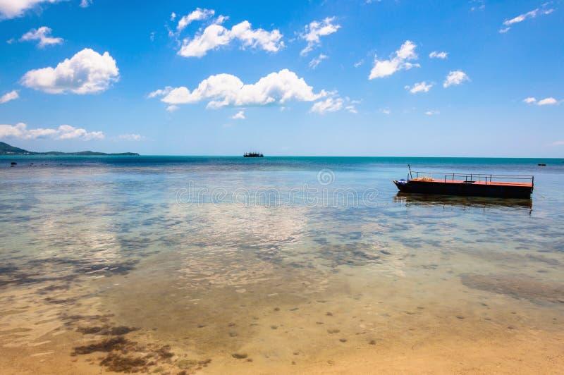 Plage, bateau et mer tropicaux d'azur en KOH Samui, Thaïlande image libre de droits