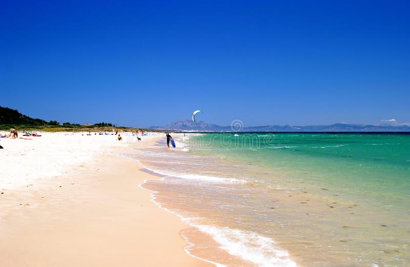 Plage blanche, ciel bleu et cristal - mer claire des vacances. photo stock