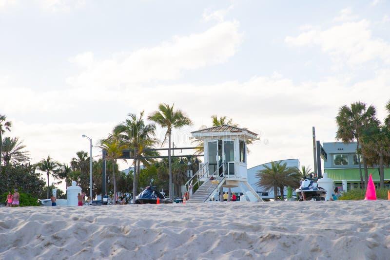 Plage blanche de Fort Lauderdale de pavillon de vue image stock