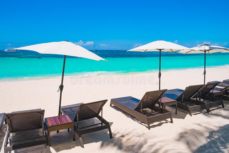 Plage blanche de sable avec des parapluies, île de Boracay images stock