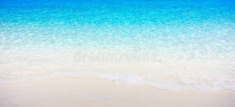 Plage blanche de sable avec la mer clair comme de l'eau de roche photo libre de droits
