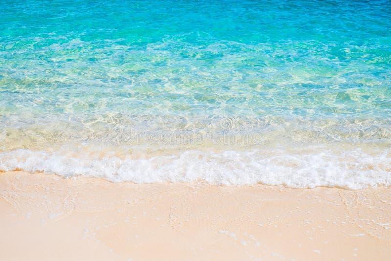 Plage blanche de sable et vague bleue de mer photographie stock